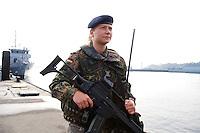 24 AUG 2006, KIEL/GERMANY:<br /> Marinesoldatin mit einem Gewehr G36 an einem Kai des Marinehafens Kiel<br /> IMAGE: 20060824-01-004<br /> KEYWORDS: Marine, Bundeswehr, Soldatin, Soldat