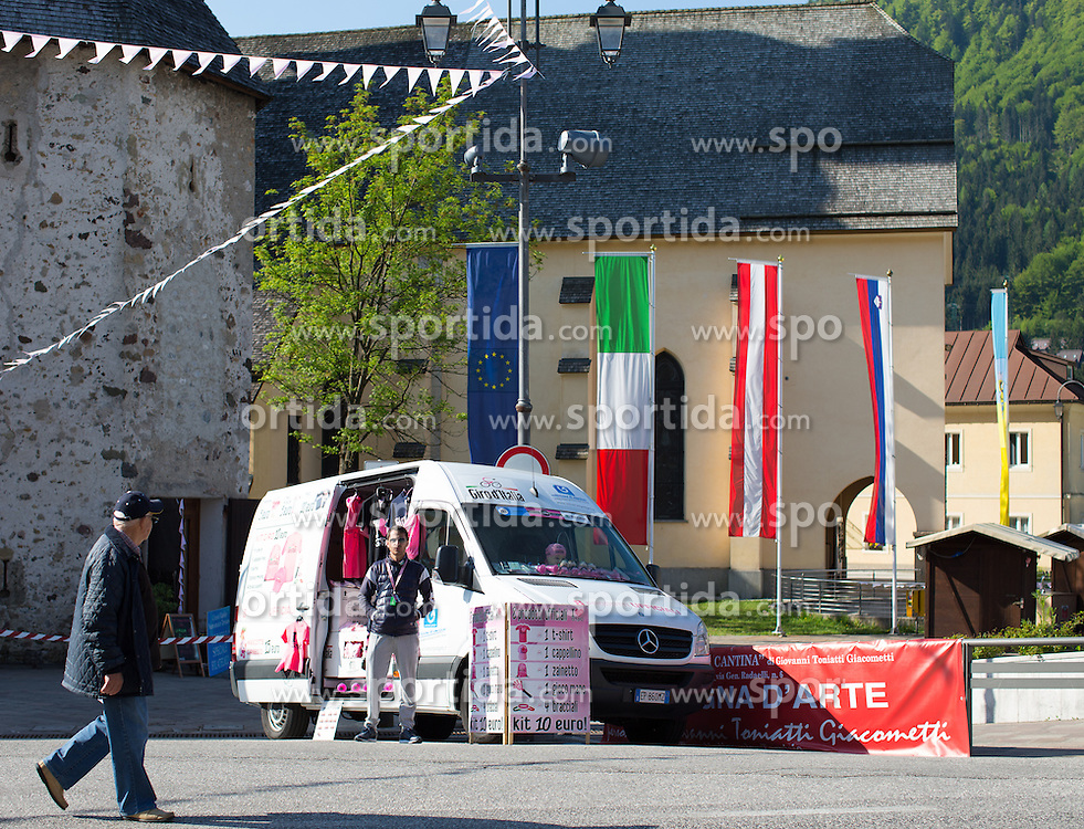 15.05.2013, Tarvis, ITA, Giro d Italia 2013, 11. Etappe, Tarvis nach Vajont, im Bild Strassenhaendler vertreiben Giro Merchandising // Street vendors selling Giro merchandise during Giro d' Italia 2013 at Stage 11 from Tarvis to Vajont at Tarvis, Italy on 2013/05/15. EXPA Pictures © 2013, PhotoCredit: EXPA/ J. Groder