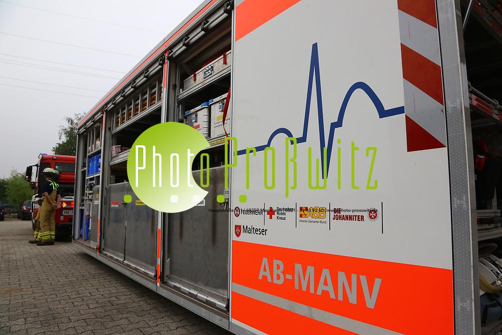 Mannheim. 26.08.17 | &Uuml;bung am AB MANV.<br /> K&auml;fertal. Feuerwache Nord. &Uuml;bung von Feuerwehr und ASB am Abrollbeh&auml;lter Massenanfall von Verletzten (AB-MANV).<br /> Die durch die Firma GIMAEX-Schmitz in Luckenwalde ausgebauten AB-MANV verf&uuml;gen &uuml;ber eine umfangreiche technische und medizinische Beladung, die den Aufbau und den Betrieb eines Behandlungsplatzes f&uuml;r insgesamt bis zu f&uuml;nfzig Patienten erm&ouml;glicht.<br /> Als &Uuml;bungsszenario wird eine explosion in einem Kaufhaus dargestellt.<br /> <br /> <br /> <br /> BILD- ID 2304 |<br /> Bild: Markus Prosswitz 26AUG17 / masterpress (Bild ist honorarpflichtig - No Model Release!)