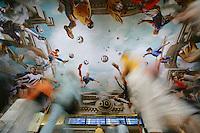 Feature WM          Passanten bestaunen das mit Fussballern bemalte Gewoelbe des Koelner Hauptbahnhofes.