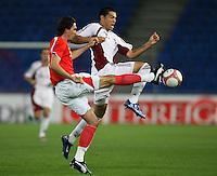 Fussball International Laenderspiel Oesterreich - Venezuela Martin Stranzl (AUT,li) gegen Nicolas Fedor (VEN,re)