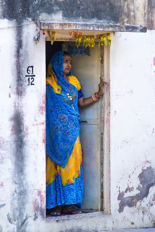A colorful woman in a doorway in the old city of Udaipur (India, 2011).<br />