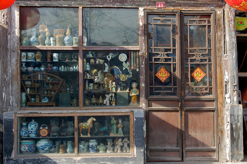 A small porcelain shop in the Shichahai area of Beijing,China.