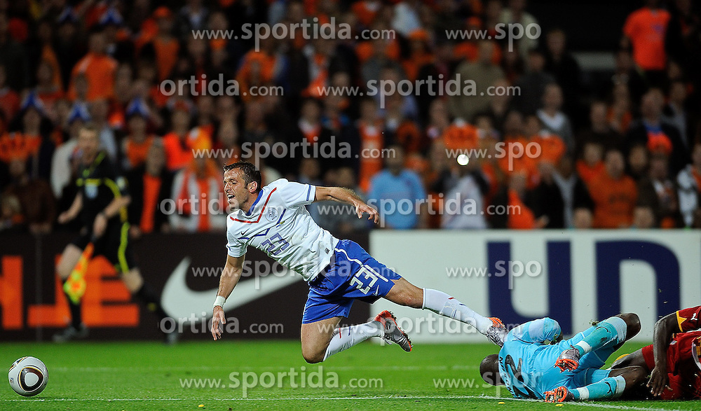 01.06.2010, Stadium De Kuip, Rotterdam, NLD, FIFA Worldcup Vorbereitung, Netherlands vs Ghana, im Bild Rafael van der Vaart goes down by Richard Kingson in the 16 meters.. EXPA Pictures © 2010, PhotoCredit: EXPA/ nph/ Hoogendoorn / SPORTIDA PHOTO AGENCY
