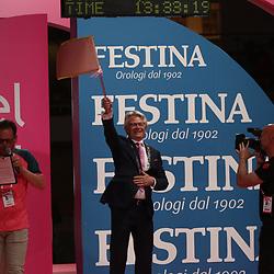06-05-2016: Wielrennen: Giro: Apeldoorn<br /> APELDOORN (NED) wielrennen<br /> De 99e ronde van Italie is van start gegaan met een tijdrit of 9,8 kilometer door de straten van Apeldoorn. De finishlijn was getrokken op de Loolaan. <br /> Burgemeester John Berends van Apeldoorn met de vlag van de Giro
