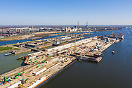 Nederland, IJmuiden, 20190401<br /> Zee sluizen complex met de derder sluis in aanbouw. Doordat schepen groter worden was een grotere sluis bij IJmuiden nodig. De haven van Amsterdam is afhankelijk van deze sluis.<br />  <br /> Foto (c) Michiel Wijnbergh