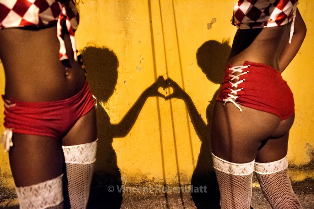 """Suellen Santos and Roberta Petraglia, 16 and 13, from the group of dancers """"As Desejadas"""" after a show in their neighborhood of Pavuna, Zona Norte of Rio de Janeiro. //Suellen Santos et Roberta Petraglia, 16 et 13 ans, danseuses du groupe des """"Desejadas"""", après un show dans leur quartier de Pavuna, Zona Norte de Rio de Janeiro"""
