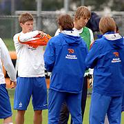 NLD/Rijnsburg/20060830 - Trainings Nederlands Elftal, bondscoach Marco van Basten deelt de hesjes uit aan de spelers tegen de interland tegen Luxemburg