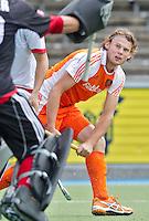 AMSTELVEEN - International Bob de Voogd  in actie. De mannen van het Nederlands Hockeyteam hebben zondag, ter voorbereiding aan het EK dat volgende week in Duitsland wordt gehouden, geoefend tegen Canada (7-2).     Copyright Koen Suyk.