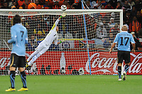 FOOTBALL - FIFA WORLD CUP 2010 - 1/2 FINAL - URUGUAY v NETHERLANDS - 6/07/2010 - GOAL GIOVANNI VON BRONCKHORST (NED) - FERNANDO MUSLERA (URU)<br /> PHOTO FRANCK FAUGERE / DPPI