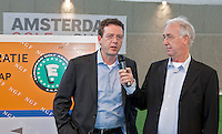 AMSTERDAM - Jan Kees van der Velden (r) met NGF direkteur Jeroen Stevens. Amsterdam Golf Show 2012 in de Amsterdamse Rai. Foto Koen Suyk