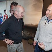 NLD/Rotterdam/20151207 - Reanimatiecursus Feyenoord selectie + bn'ers leren samen reanimeren, politicus Jan Marijnissen en Arjan Erkel