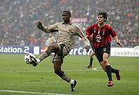 Fotball<br /> Champions Leage 2004/05<br /> AC Milan v Barcelona<br /> 20. oktober 2004<br /> Foto: Digitalsport<br /> NORWAY ONLY<br /> SAMUEL ETOO (BAR) / KAKA (MIL)