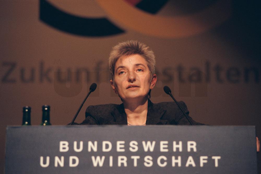 13 DEZ 2000, BERLIN/GERMANY:<br /> Annette Fugmann-Heesing, Geschaeftsfuehrerin der Gesellschaft f&uuml;r Entwicklung, Beschaffung und Betrieb, GEBB, haelt eine rede, anlaesslich der 2. Konferenz &quot;Kooperation Bundeswehr und Wirtschaft&quot; zum Rahmenvertrag &quot;Innovation, Investition und Wirtschaftlichkeit in der Bundeswehr&quot;, Hotel Interconti<br /> IMAGE: 20001213-02/02-18