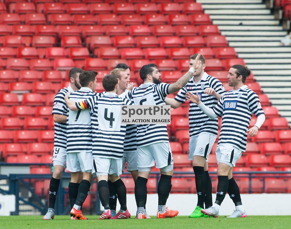 Queens players join first goal scorer John Carter in celebrations.....(c) BILLY WHITE | SportPix.org.uk