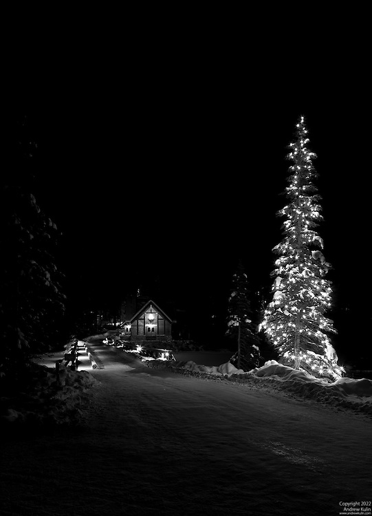 A black and white image of Cilantro Restaurant and the causeway to the Lodge during the Christmas season.