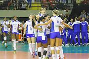 S&Atilde;O PAULO, SP, SUPERLIGA FEMININA DE V&Ocirc;LEI - Jogadoras do UNILEVER/RJ, comemorar a vit&oacute;ria,  ap&oacute;s derrotarem a equipe do SESI/SP,<br /> em partida v&aacute;lida pela 9&ordf; rodada da SUPERLIGA FEMININA 13/14, no gin&aacute;sio da Vila Leopoldina, S&atilde;o Paulo. Foto: Geovani Velasquez / Brazil Photo Press
