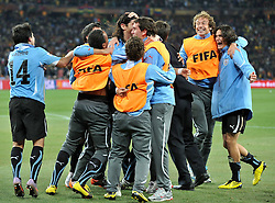 02.07.2010, Soccer City Stadium, Johannesburg, RSA, FIFA WM 2010, Viertelfinale, Uruguay (URU) vs Ghana (GHA) im Bild die Spieler von Uruguay jubeln über den Sieg, EXPA Pictures © 2010, PhotoCredit: EXPA/ InsideFoto/ Perottino, ATTENTION! FOR AUSTRIA AND SLOVENIA ONLY!