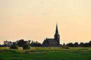 Nederland, Weurt, 11-9-2015De katholieke kerk van dit kleine dorp aan de Waal bij Nijmegen in het avondlicht, bij ondergaande zon.FOTO: FLIP FRANSSEN/ HH