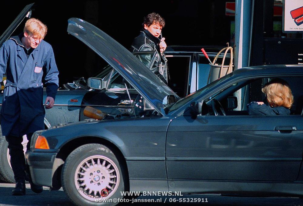 NLD/Laren/ - Zanger Rene Froger aan het tanken met zijn Bentley in LAren