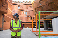 ABU DHABI, EMIRATS ARABES UNIS - 19 JANVIER 2016: Portrait de Zeeshan, 21 ans, travailleur pakistanais qui prépare les stands pour l'animation du  'Abu Dhabi Sustainability Week'.