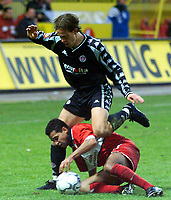 17.11.2001 Kaiserslautern, Deutschland,<br />1.Fussball Bundesliga, 1.FC Kaiserslautern - FC St.Pauli,<br />St. Paulis Morten Berre gegen Kaisreslauterns Ratinho.<br />© UWE STEPHAN/Digitalsport