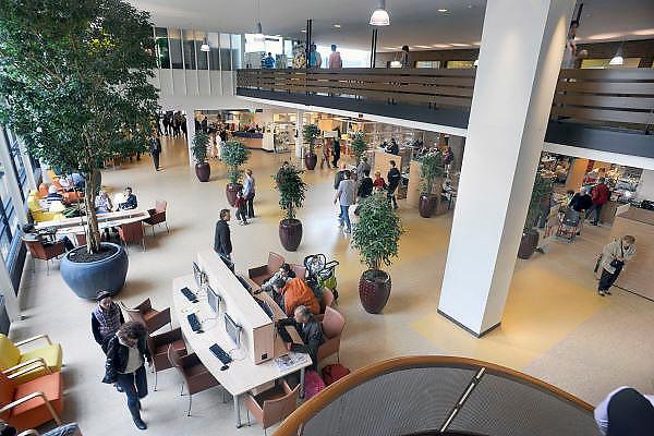 Nederland, Nijmegen, 30-3-2011De centrale hal, ingang, entree van het umc Radboud ziekenhuis. Niet model released, niet voor reclame.Foto: Flip Franssen