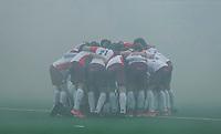 ALMERE - Hockey - Hoofdklasse competitie heren. Teamhuddle in de rook van het vuurwerk en de fakkels. . ALMERE-HDM (4-2). HDM degradeert.  COPYRIGHT KOEN SUYK