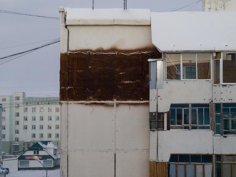 Blick auf einen Plattenbau in der Innenstadt von Jakutsk. Jakutsk wurde 1632 gegruendet und feierte 2007 sein 375 jaehriges Bestehen. Jakutsk ist im Winter eine der kaeltesten Grossstaedte weltweit mit durchschnittlichen Winter Temperaturen von -40.9 Grad Celsius. Die Stadt ist nicht weit entfernt von Oimjakon, dem Kaeltepol der bewohnten Gebiete der Erde.<br /> <br /> View to a panel house in the city center of Yakutsk. Yakutsk was founded in 1632 and celebrated 2007 the 375th anniversary. Yakutsk is a city in the Russian Far East, located about 4 degrees (450 km) below the Arctic Circle. It is the capital of the Sakha (Yakutia) Republic (formerly the Yakut Autonomous Soviet Socialist Republic), Russia and a major port on the Lena River. Yakutsk is one of the coldest cities on earth, with winter temperatures averaging -40.9 degrees Celsius.