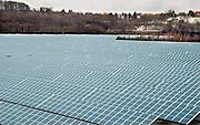 Duitsland, Gottelborn, 3-3-2008Op het terrein van een voormalige steenkoolmijn in het Saarland staat nu een energiecentrale die stroom opwekt dmv zonnepanelen. een mooi voorbeeld van oude en moderne energieproductie.Foto: Flip Franssen