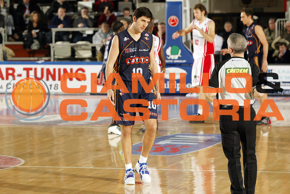 DESCRIZIONE : Varese Lega A1 2006-07 Whirlpool Varese Lottomatica Roma<br /> GIOCATORE : Bodiroga Arbitro<br /> SQUADRA : Lottomatica Roma<br /> EVENTO : Campionato Lega A1 2006-2007 <br /> GARA : Whirlpool Varese Lottomatica Roma<br /> DATA : 07/01/2007 <br /> CATEGORIA : Delusione<br /> SPORT : Pallacanestro <br /> AUTORE : Agenzia Ciamillo-Castoria/G.Cottini<br /> Galleria : Lega Basket A1 2006-2007 <br /> Fotonotizia : Varese Campionato Italiano Lega A1 2006-2007 Whirlpool Varese Lottomatica Roma<br /> Predefinita :