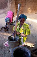 Mali - Segou - Ségoukoro - Ancien royaume Bambara -Femme qui prépare le mil