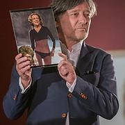 NLD/Amsterdam/20190701 - Uitreiking Johan Kaartprijs 2019, Pierre Bokma met foto van Carolien Kaart