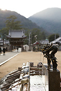 Tempelbesökare tvättar sina händer och skjöljer munnen i ett vattenkar vid entrén till templet.  <br /> Tempel nummer 75, Zentsū-ji<br /> <br /> Pilgrimsvandring till 88 tempel på japanska ön Shikoku till minne av den japanske munken Kūkai (Kōbō Daishi). <br /> <br /> Fotograf: Christina Sjögren<br /> Copyright 2018, All Rights Reserved<br /> <br /> <br /> Temple 75 Zentsū-ji (善通寺)  of the Shikoku Pilgrimage, 88 temples associated with the Buddhist monk Kūkai (Kōbō Daishi) on the island of Shikoku, Japan<br /> <br /> Photographer: Christina Sjögren<br /> Copyright 2018, All Rights Reserved