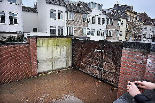 Nederland, Nijmegen, 12-1-2011Hoogwater in de Waal bij Nijmegen. Smeltwater uit het stroomgebied van de Rijn overstroomt de waalkade. Het waterschap heeft schotten geplaatst waarachter de bevolking het schouwspel bekijkt. Ook de straten die de binnenstad met de kade verbindt zijn door deuren afgsloten.Foto: Flip Franssen/Hollandse Hoogte