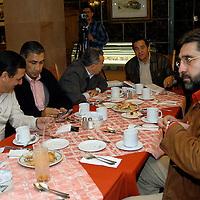 Toluca, Méx.- Diputados federales priistas discuten en una reunion privada sobre el presupuesto recien aprovado en el congreso de San Lazaro. Agencia MVT / Luis Alvarado. (DIGITAL)<br /> <br /> NO ARCHIVAR - NO ARCHIVE
