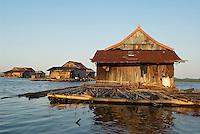 Indonesie. Sulawesi du sud (Celebes). Lac Tempe. Vilalge flottant. // Indonesia. South Sulawesi (Celebes Island). Tempe lake. Flotting village.
