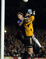 Fotball<br /> Champions League 2004/05<br /> Chelsea v Bayern München<br /> 6. april 2005<br /> Foto: Digitalsport<br /> NORWAY ONLY<br /> John Terry of Chelsea clashes with Oliver Kahn of Bayern