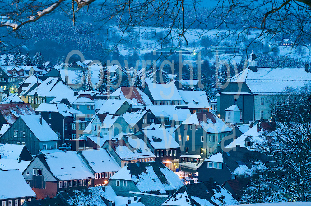 Blick auf Sankt Andreasberg vom Glockenberg bei Dämmerung, Schnee, Winter, Harz, Niedersachsen, Deutschland | view on St. Andreasberg at dusk, snow, winter, Harz, Lower Saxony, Germany