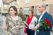 Nederland, Den Bosch, 20141101.<br /> Diederik Samsom, fractievoorzitter van de PvdA en Lisette van der Swaluw fractievoorzitter PvdA Den Bosch gaan de buurt in. Canvassen in Den Bosch <br /> In gesprek met een vrouw op straat. Huis aan huis<br /> In de gemeente Den Bosch staan verkiezingsborden. Die zijn bedoeld voor de gemeenteraadsverkiezingen in Den Bosch, op woensdag 19 november. <br /> Vanwege de gemeentelijke herindeling van Maasdonk zijn de verkiezingen in Den Bosch pas op 19 november. Nuland en Vinkel komen bij Den Bosch, Geffen bij Oss. In Nuland en Vinkel zijn de verkiezingsborden al geplaatst. In totaal verschijnen 42 van deze grote borden in de gemeente. <br /> <br /> Netherlands, Den Bosch, 20141101.<br /> The city of Den Bosch are election signs. Intended for the municipal elections in Den Bosch, on Wednesday 19th November. <br /> Because of the municipal reorganization of Maasdonk the elections in Den Bosch until November 19th. Nuland and Leek come Den Bosch, Geffen at Oss. Nuland Leek and his election signs already posted. A total of 42 of these appear large signs in the municipality.