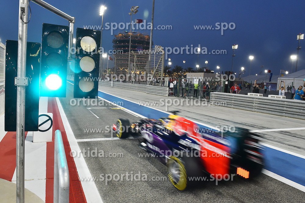 18.04.2015, International Circuit, Sakhir, BHR, FIA, Formel 1, Grand Prix von Bahrain, Qualifying, im Bild Daniil Kvyat (RUS) Red Bull Racing RB11 passes the Pit exit lights // during Qualifying of the FIA Formula One Bahrain Grand Prix at the International Circuit in Sakhir, Bahrain on 2015/04/18. EXPA Pictures &copy; 2015, PhotoCredit: EXPA/ Sutton Images/ Mark<br /> <br /> *****ATTENTION - for AUT, SLO, CRO, SRB, BIH, MAZ only*****