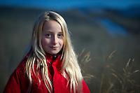 Arndís Lund úti í sinugrasi í Skagafirði. Tekið í ljósaskiptunum.
