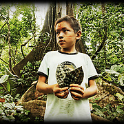 «Rêves de chamane»<br /> Nous voilà au bout du monde, ou à ses origines. Le Rio Jordao apparait, tel un anaconda, dessine ses méandres dans un écrin de mystères à quelques kilomètres de la frontière péruvienne. Nous sommes au nord du Brésil, dans l'état de l'Acre, tout près de la frontière bolivienne. Une région peuplée majoritairement par les Huni Kuin, une tribu chamanique. Quand leur territoire, jusque-là inexploré fut annexé en 1903 par l'état brésilien, la fièvre du caoutchouc s'empara des nouveaux arrivants . Les tribus furent décimées quand elles refusèrent de s'enrôler comme esclaves pour les barons de l' «or noir», les grands propriétaires du latex. Durant un siècle, les rituels et les savoirs des anciens furent pratiqués dans le plus grand secret, ou tombèrent dans l'oubli. Jusqu'au jour où Ika Muru, un jeune Huni Kuin, se rendit chez les Indiens Ashaninkas. Là, il eut une vision lui dictant d'entretenir la mémoire de sa tribu, un rêve qu'il décrit ainsi : « C'est dans leur histoire et leur connaissance ancestrale que les peuples de la forêt trouveront les solutions et la force nécessaire afin de protéger leur environnement intimement lié à leur existence et à l'équilibre naturel du monde ». Un message qu'il convient, plus que jamais, de méditer... En 1983, il parvint à délimiter avec des anthropologues le premier territoire des Huni Kuin. Dès lors, il n'aura pour but que de valoriser et transmettre l'immense culture de son peuple, dont l'essence même réside dans la connaissance des plantes qui l'entourent. Ika Muru Agostinho Huru Kuin s'est éteint le 25 décembre 2011.