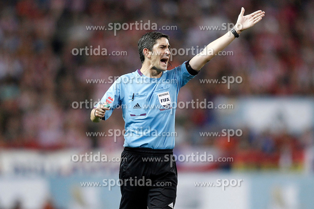 21.08.2013, Estadio Vicente Calderon, Madrid, ESP, Supercup, Atletico Madrid vs FC Barcelona, im Bild Spanish referee Alberto Undiano Mallenco // during during the Spanish Supercup match between Club Atletico de Madrid and Barcelona FC at the Estadio Vicente Calderon, Madrid, Spain on 2013/08/21. EXPA Pictures &copy; 2013, PhotoCredit: EXPA/ Alterphotos/ Acero<br /> <br /> ***** ATTENTION - OUT OF ESP and SUI *****