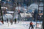 Skihang, Skilift, Skifahrer, Schnee, Beschneiungsanlage, Winter, Braunlage, Harz, Niedersachsen, Deutschland | artificial snow machines, ski lift, skiing, snow, winter, Braunlage, Harz, Lower Saxony, Germany
