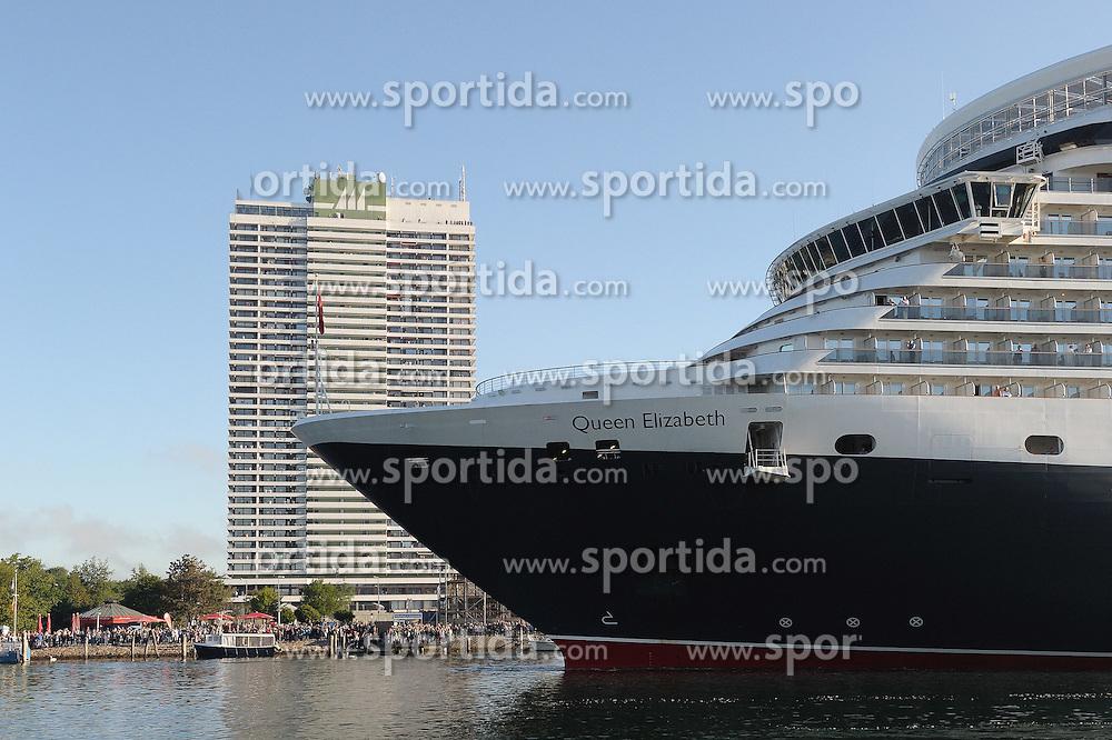 """04.06.2011, Travemünde / Travemuende, GER, Kreuzfahrtschiff """"Queen Elizabeth"""", im Bild Die """"Queen Elizabeth"""" ist das längste Kreuzfahrtschiff, das jemals den Lübecker Hafen angelaufen hat. Das Schiff ist 294m lang, 32m breit und 90900 BRZ groß. Es bietet 2068 Passagieren in 1034 Kabinen Platz und erreicht eine Geschwindigkeit von 23,7 Knoten. Im Hintergrund das Maritim Travemüden.   EXPA Pictures © 2011, PhotoCredit: EXPA/ nph/  Frisch       ****** out of GER / SWE / CRO  / BEL ******"""
