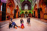 GOUDA - Kinderen schaatsen op een tijdelijke ijsbaan in de kerk van Gouwe Kerk, een neogotische kerk gebouwd tussen 1902 en 1904 in het centrum van Gouda, Midden-Nederland, vrijdag 7 december 2018. De ijsbaan blijft in de kerk tot 16 december, ROBIN UTRECHT