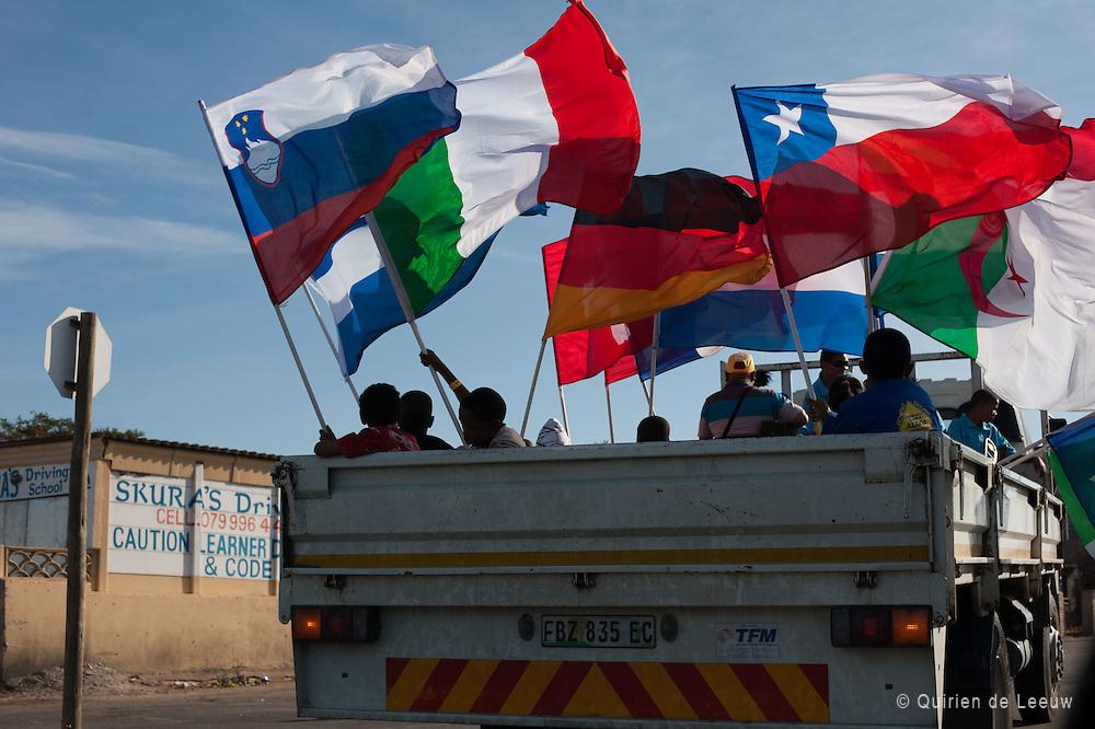 Zuid Afrikanen rijden rond door Port Elizabeth met vlaggen in een truck, WK 2010 Zuid Afrika.
