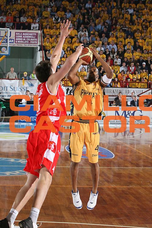 DESCRIZIONE : Porto San Giorgio Lega A1 2007-08 Playoff Quarti Di Finale Gara 3 Premiata Montegranaro Armani Jeans Milano <br /> GIOCATORE : Ricky Minard <br /> SQUADRA : Premiata Montegranaro <br /> EVENTO : Campionato Lega A1 2007-2008 <br /> GARA : Premiata Montegranaro Armani Jeans Milano <br /> DATA : 14/05/2008 <br /> CATEGORIA : Tiro <br /> SPORT : Pallacanestro <br /> AUTORE : Agenzia Ciamillo-Castoria/G.Ciamillo <br /> Galleria : Lega Basket A1 2007-2008 <br /> Fotonotizia : Porto San Giorgio Campionato Italiano Lega A1 2007-2008 Playoff Quarti Di Finale Gara 3 Premiata Montegranaro Armani Jeans Milano <br /> Predefinita :