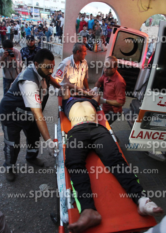 09.10.2015, Gaza city, PSE, Gewalt zwischen Pal&auml;stinensern und Israelis, im Bild Zusammenst&ouml;sse zwischen Pal&auml;stinensischen Demonstranten und Israelischen Sicherheitskr&auml;fte // A wounded Palestinian protester arrives at al-Shifa hospital following clashes with Israeli security forces near the border fence between Israel and the Gaza Strip on October 9, 2015, in Gaza City. Tension and protests rose after an Israeli man on 09 October stabbed four Palestinians in southern Israel, in what is being seen as a revenge attack, officials said. On 08 October several violent incidents happened, including stabbings which left eight Israelis injured, one Palestinian was killed in East Jerusalem and six in the Gaza Strip in clashes with the army while at least six were injured on the West Bank, Palestine on 2015/10/09. EXPA Pictures &copy; 2015, PhotoCredit: EXPA/ APAimages/ Ashraf Amra<br /> <br /> *****ATTENTION - for AUT, GER, SUI, ITA, POL, CRO, SRB only*****